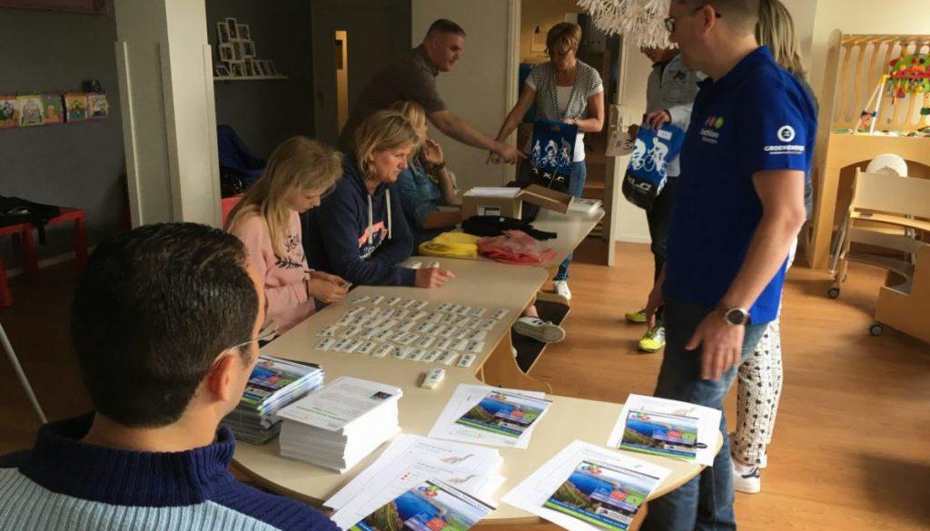 Deelnemers tasjes in orde maken